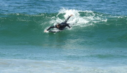 サーフィン初心者必見!YouTube動画で学ぶ正しいテイクオフと基本姿勢
