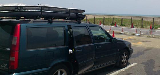 車(キャリア)にサーフボードを積む