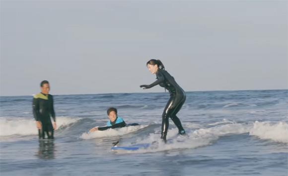 「綾瀬はるか」宮崎でサーフィン初体験…波に乗る