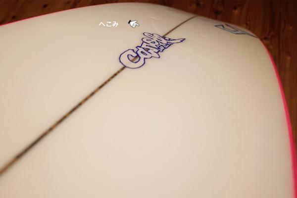 中古サーフボードのボトム側の凹み
