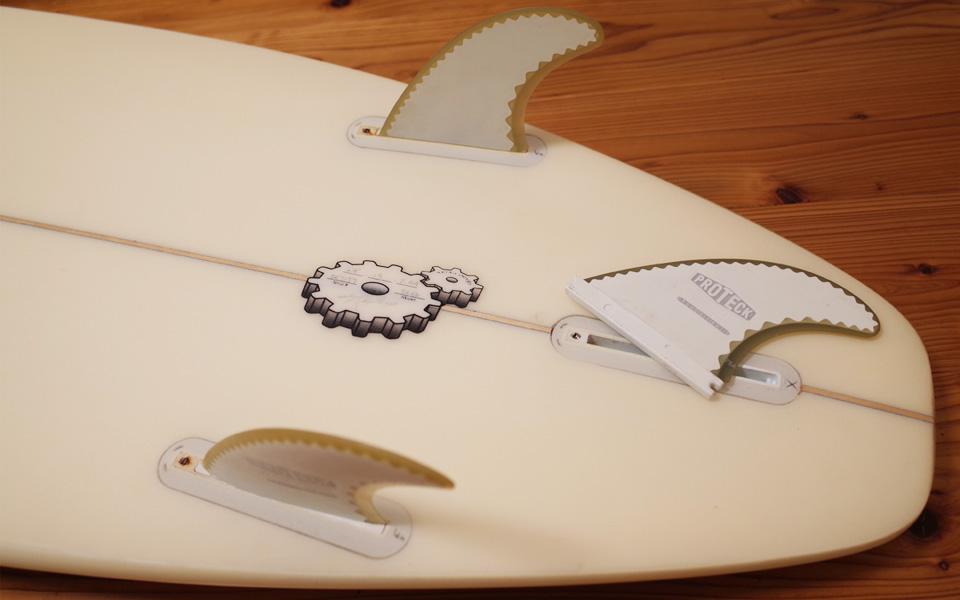サーフボードのセンターフィンを外しサイドフィンだけでサーフィンする