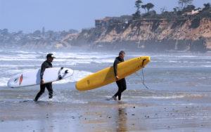 ロングボードでサーフィン